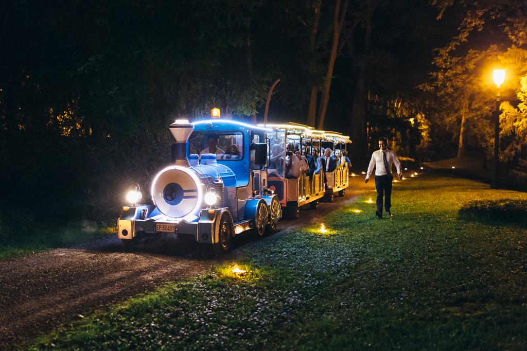 Un trenino magico attraversa il cortile di Villa Caroli