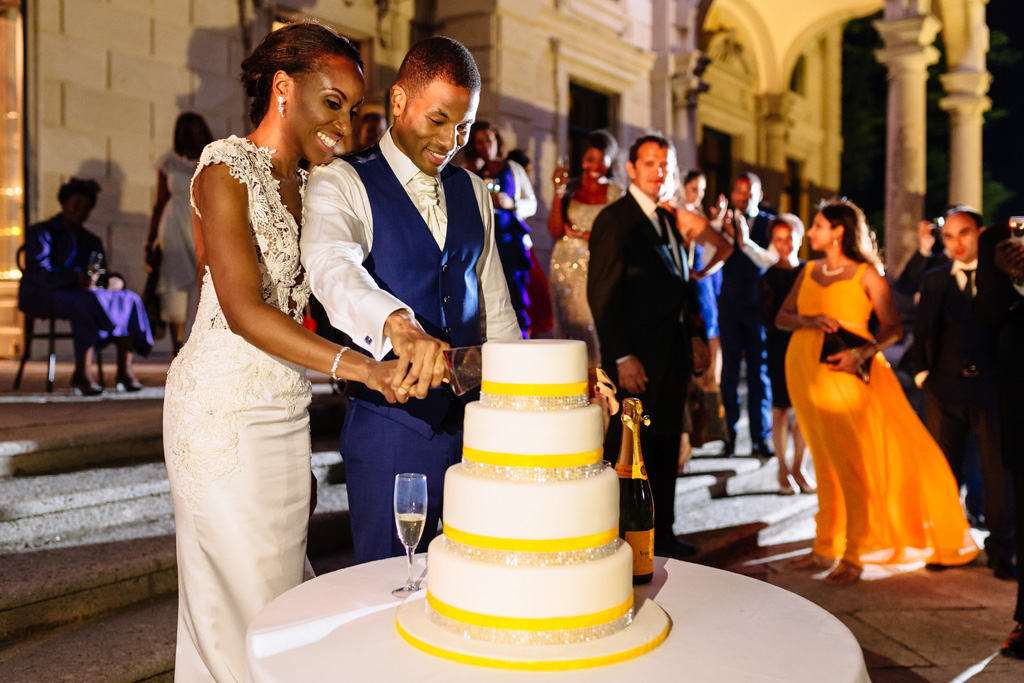 I due sposi, Tony e Ayesha, tagliano la torta nunziale