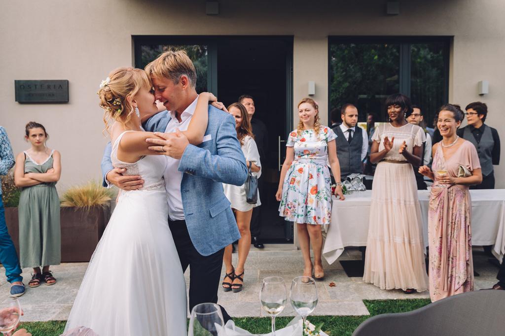 Gli sposi danzano prima del banchetto del ricevimento