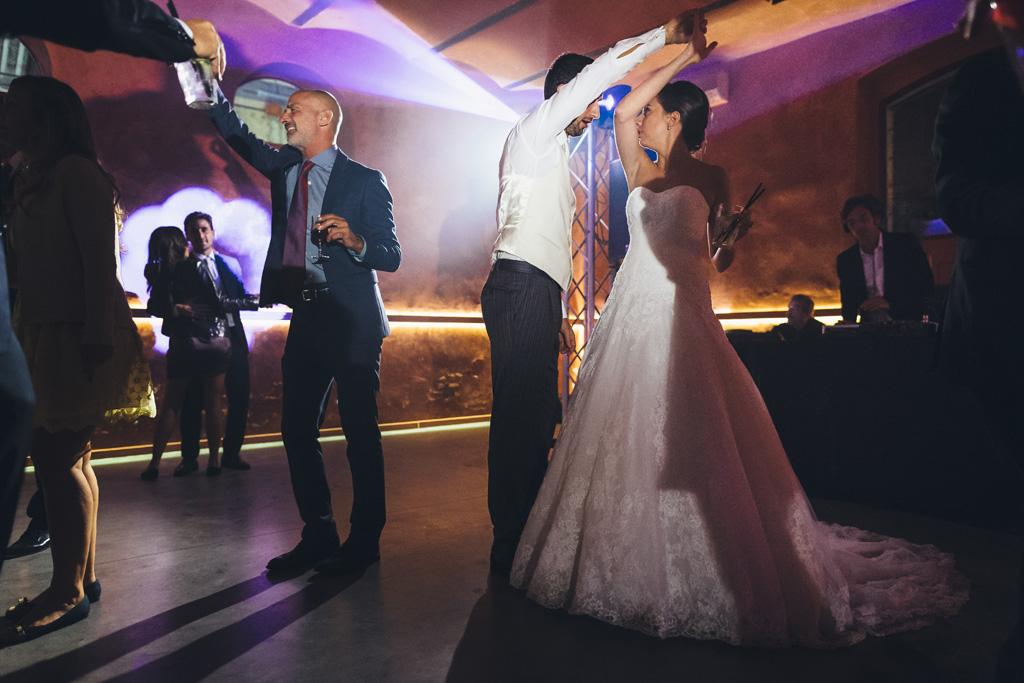 I due sposi, Federico e Silvia, danzano lentamente al centro della pista