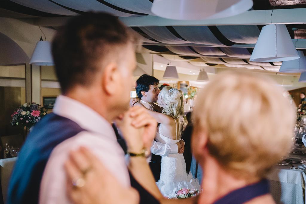 Gli ospiti volteggiano in pista da ballo
