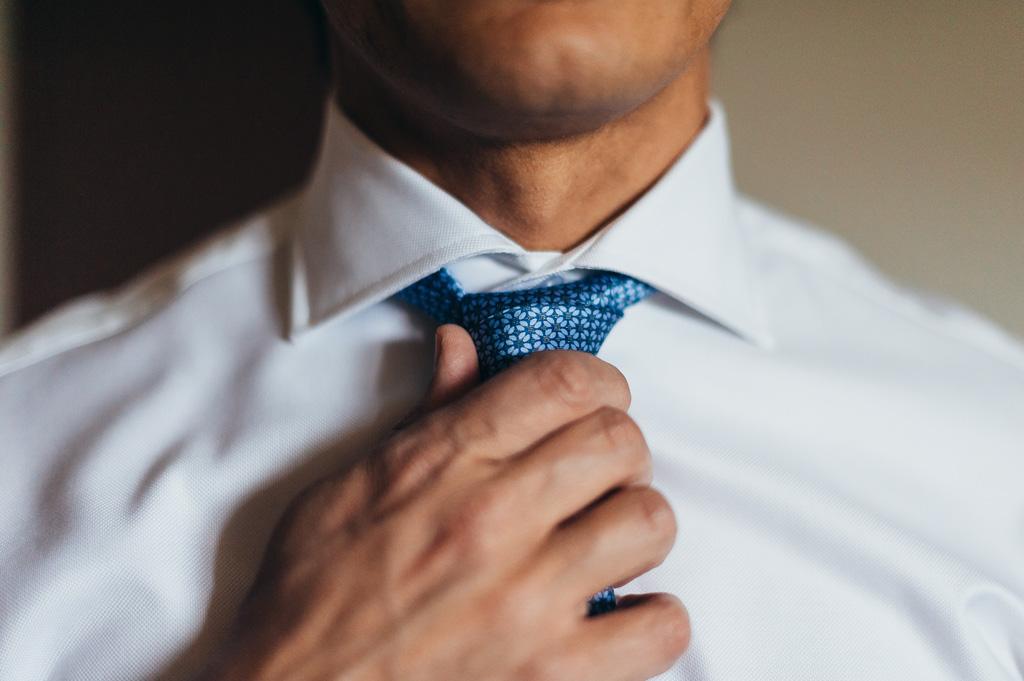 Lo sposo si sistema la cravatta