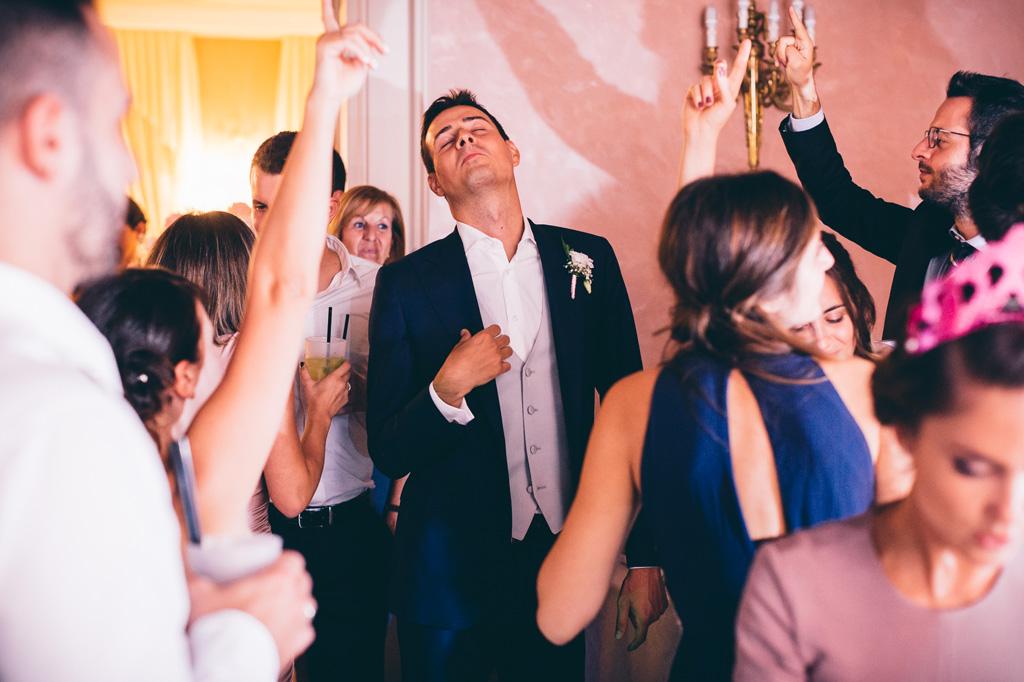 Lo sposo danza in pista circondato da amici e parenti