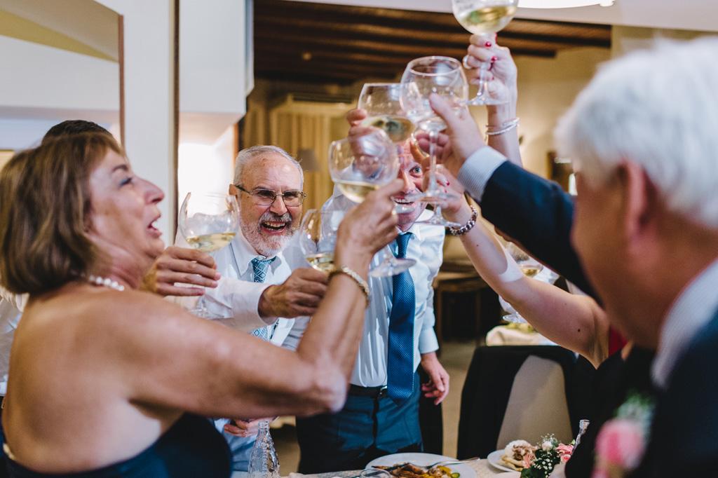 Gli ospiti brindano e ridono durante la festa