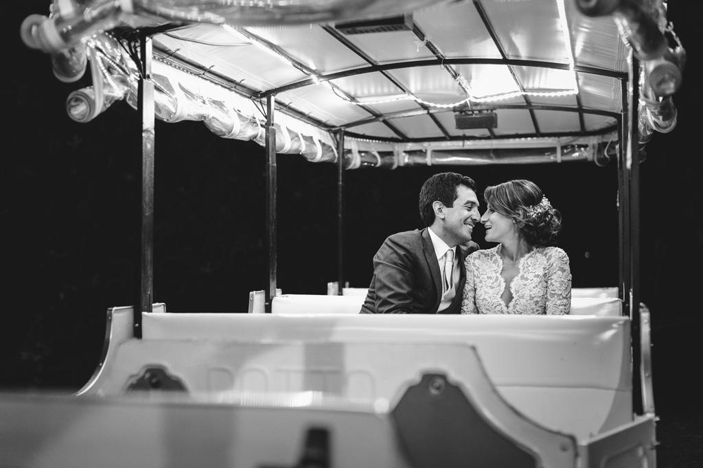 I due sposi si osservano dolcemente durante il viaggio sul trenino magico