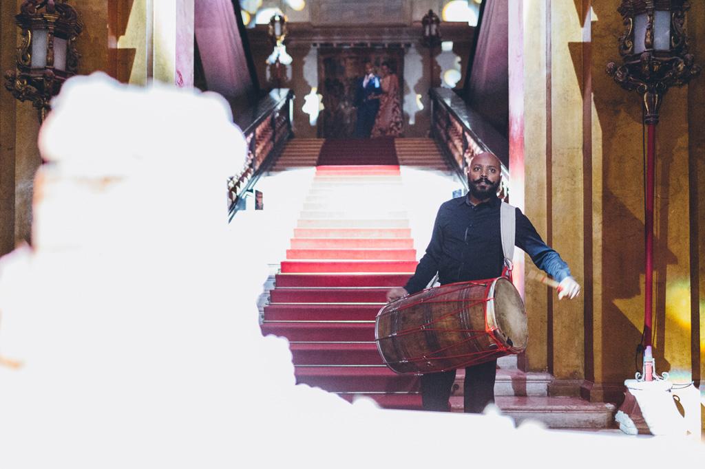 Un musicista scende le scale