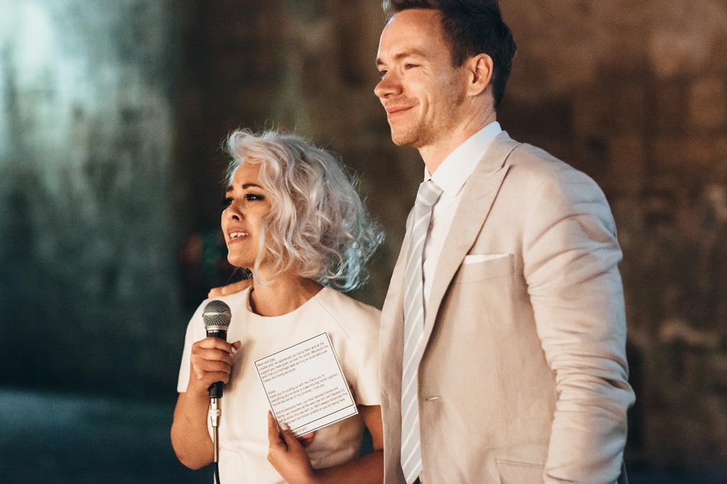 Gli sposi, Lloyd e Kim, spendono alcune parole per gli invitati