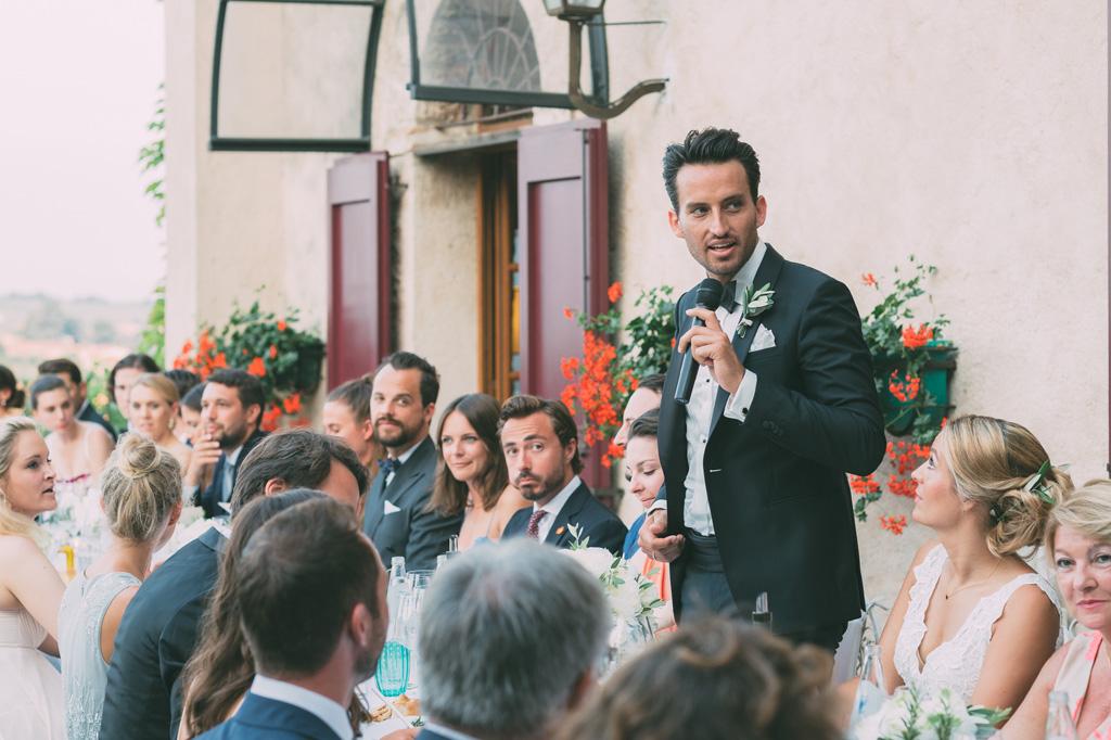 Till enuncia un discorso agli invitati prima di cominciare la cena di ricevimento