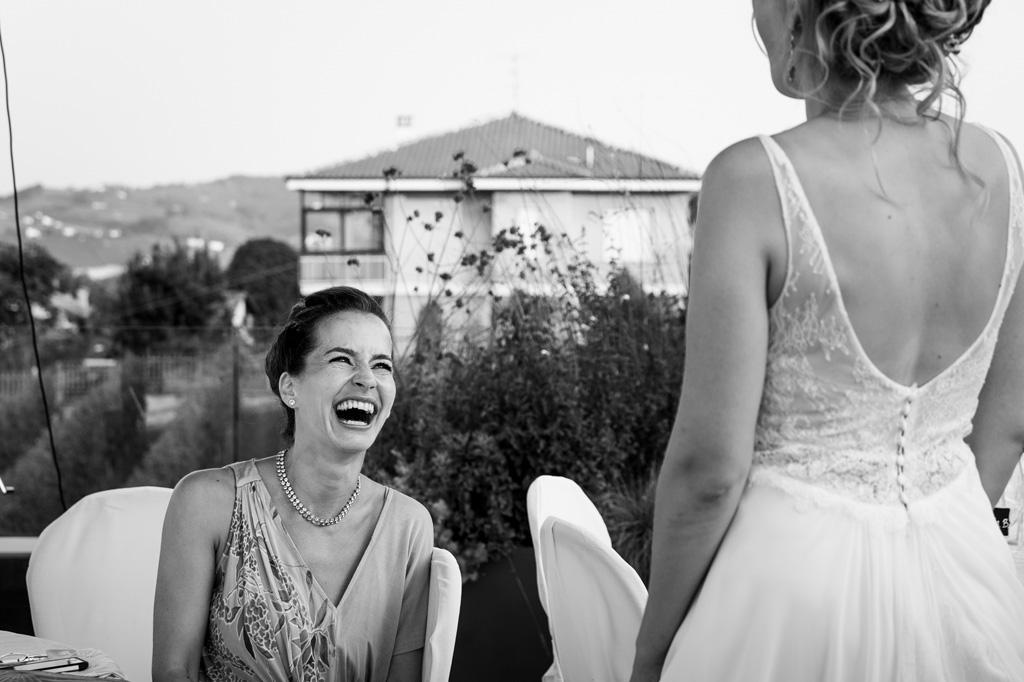 Una damigella scherza con la sposa