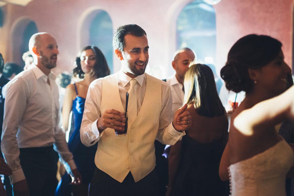 Lo sposo Federico beve un drink in pista da ballo