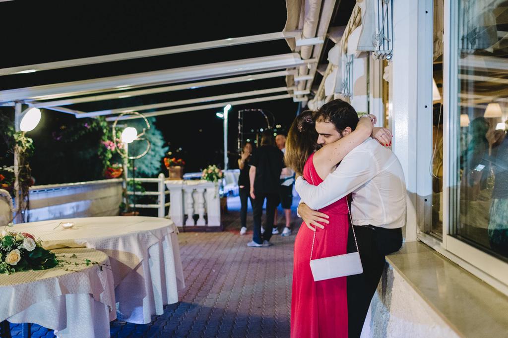 Due invitati si abbracciano emozionati