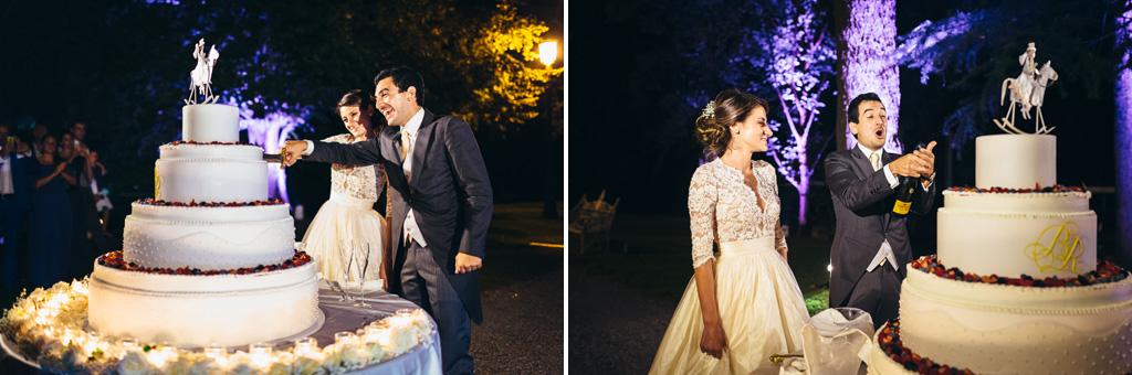 I due sposi tagliano la torta nunziale e festeggiano con un champagne