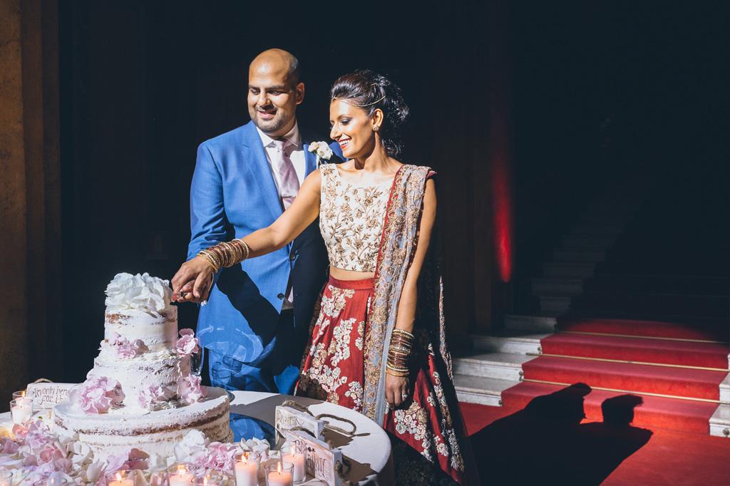 Gli sposi tagliano la torta nunziale sotto i riflettori