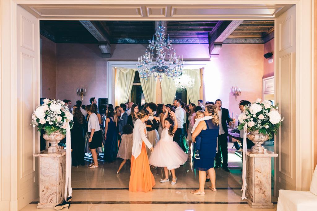 I balli scatenati degli invitati continuano presso Villa Mattioli