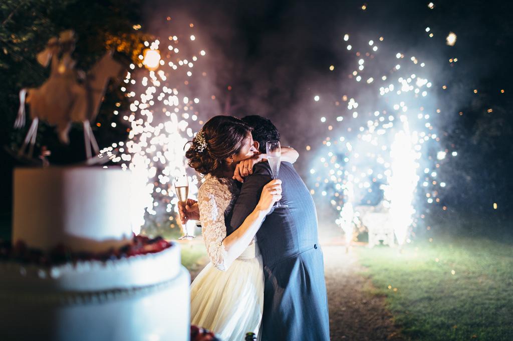 I due sposi, Riccardo e Beatrice, si abbracciano nella magia dei fuochi d'artificio