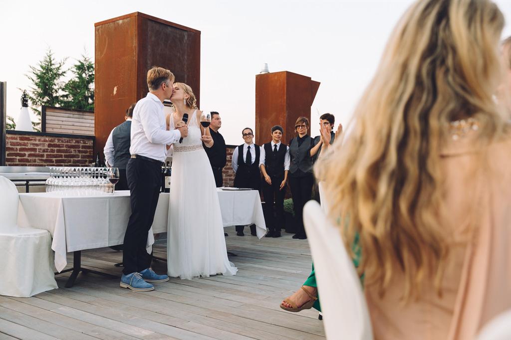 Gli sposi si baciano in sala durante il ricevimento