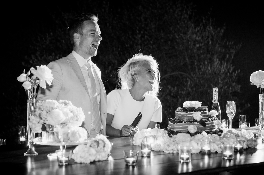 Gli sposi, Lloyd e Kim, ridono a crepapelle durante il taglio della torta
