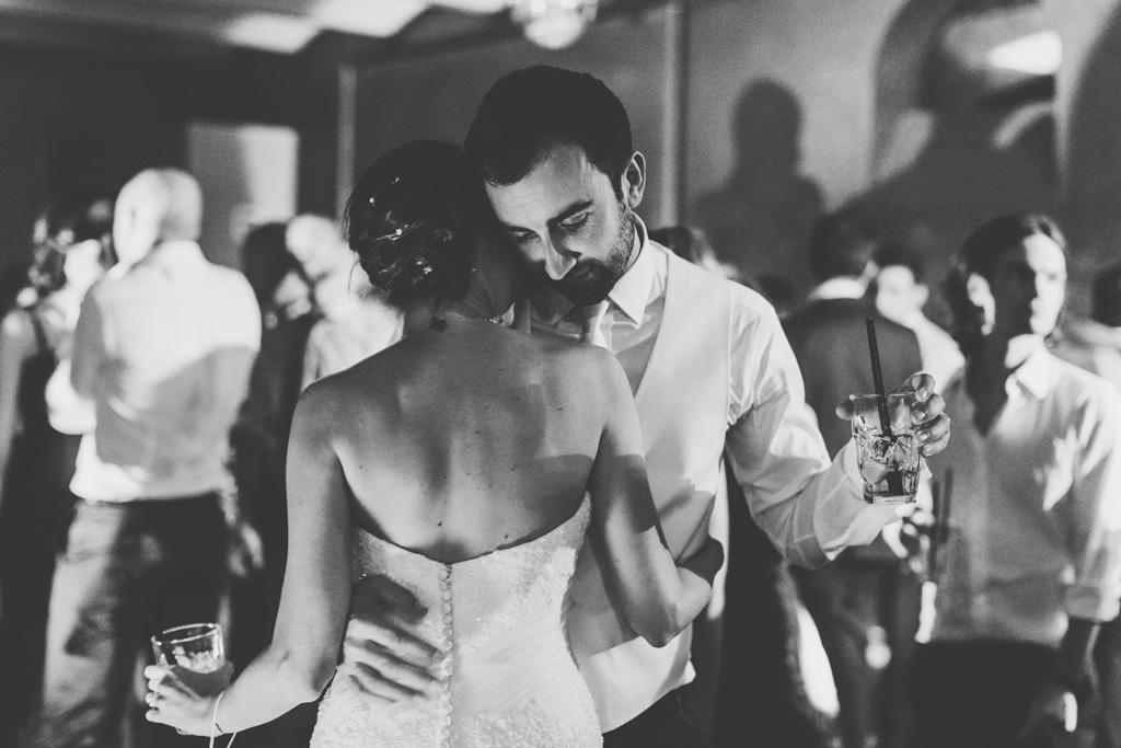 I due sposi danzano teneramente in pista