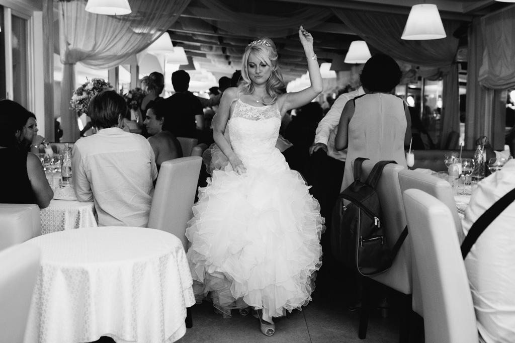 La sposa giorgia danza in mezzo al corridoio ripresa in uno scatto spontaneo da Alessandro Della Savia