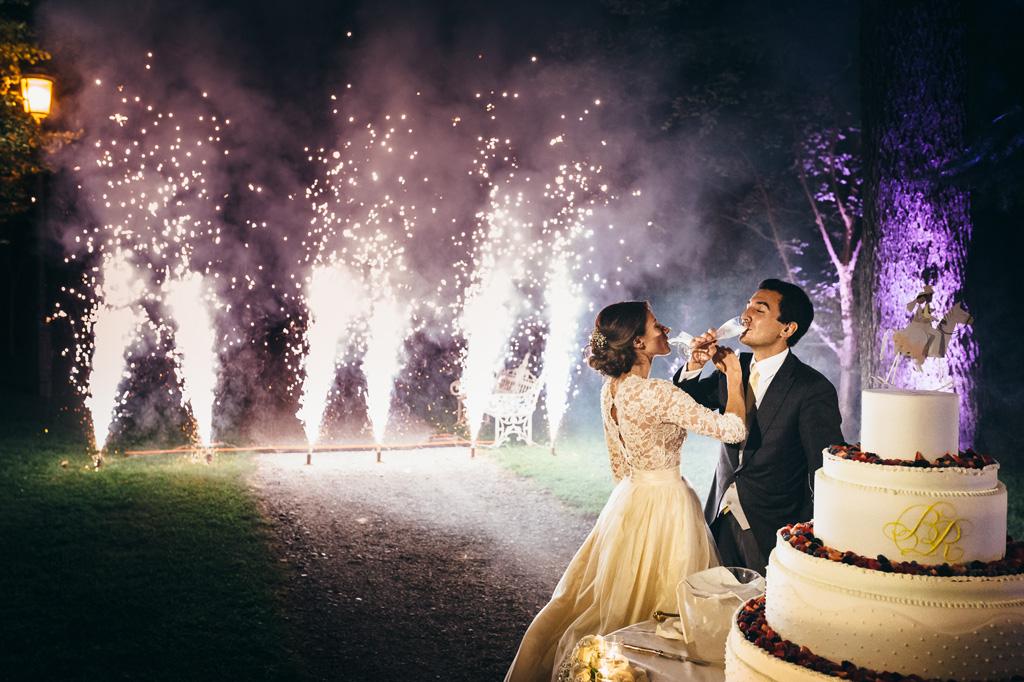 Riccardo e Beatrice brindano a una lunga vita insieme nella splendida scenografia di Villa Caroli tra i fuochi d'artificio