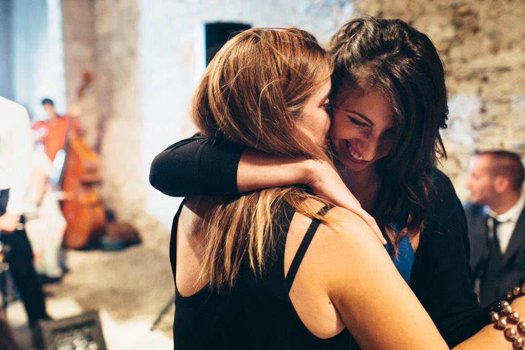 Due belle ragazze ballano in pista riprese dal fotografo Alessandro Della Savia