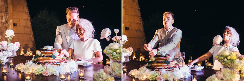 I due sposi tagliano la prima fetta della torta nunziale