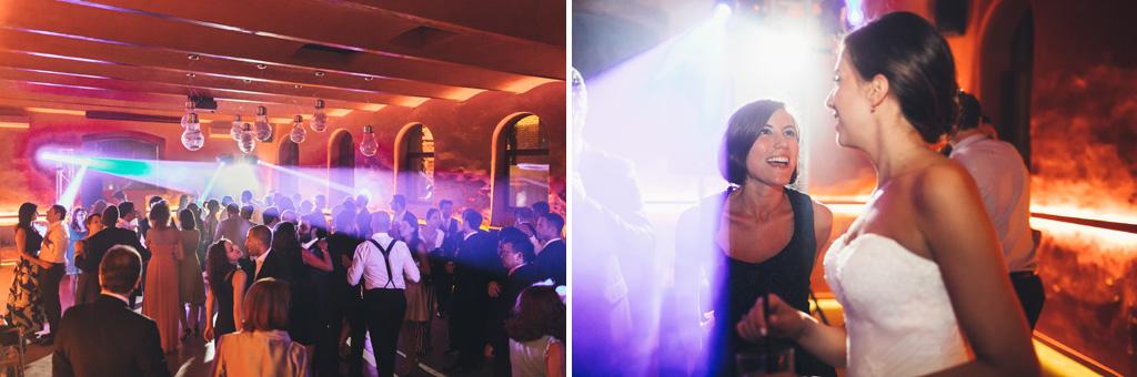 Gli invitati danzano durante una serata di luci, musica e divertimento