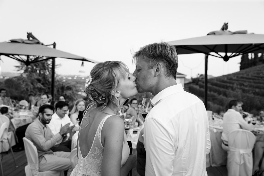 I due sposi si baciano davanti agli invitati