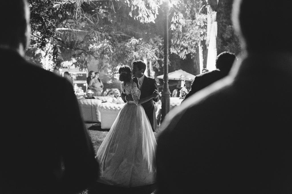 Gli sposi danzano un lento romantico