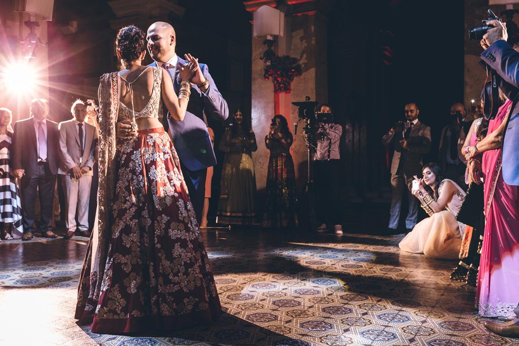 Gli sposi danzano sotto i riflettori presso Villa Erba