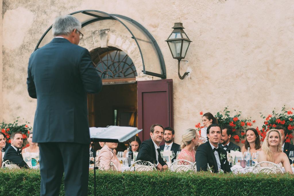 Il padre della poso prende la parola per enunciare un discorso