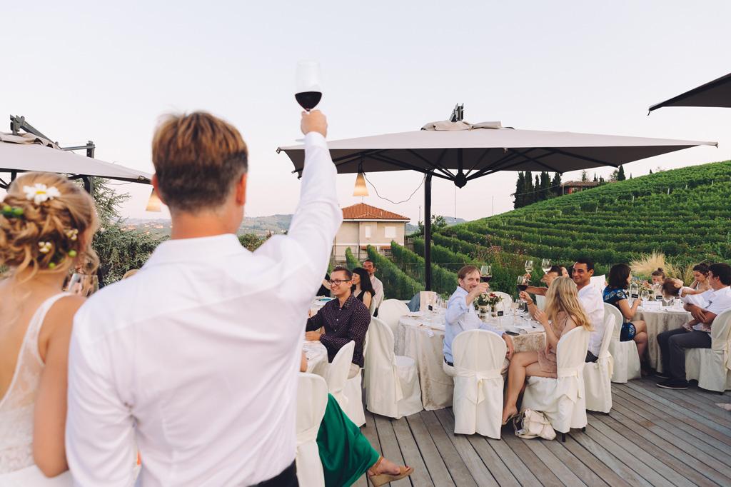 Gli sposi brindano insieme agli invitati