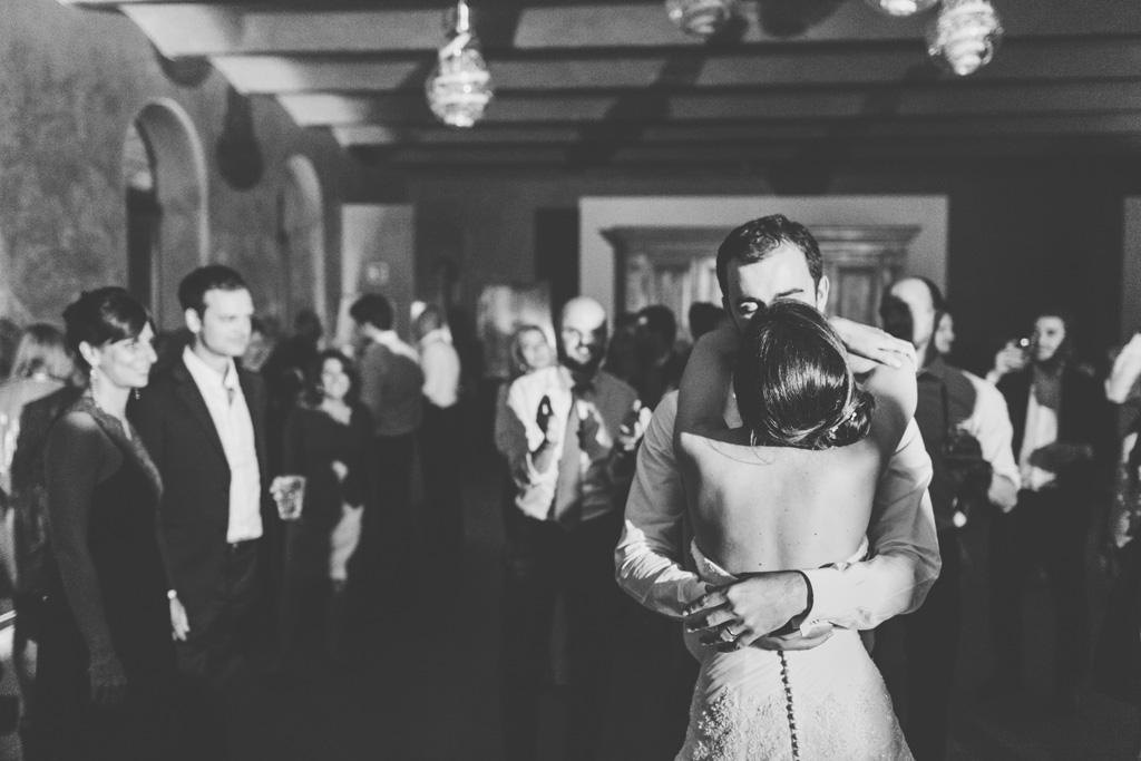 I due sposi, Federico e Silvia, si baciano teneramente in pista da ballo