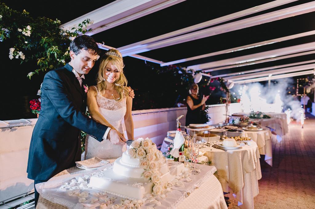 I due sposi, Danilo e Giorgia, tagliano la prima fetta della torta nunziale