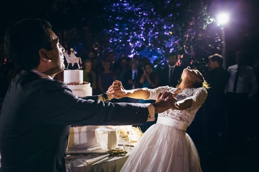 Gli sposi danzano sotto i riflettori