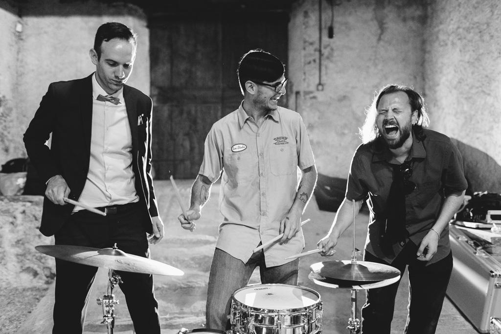 Alcuni invitati s'impossessano della batteria di un musicista durante la festa