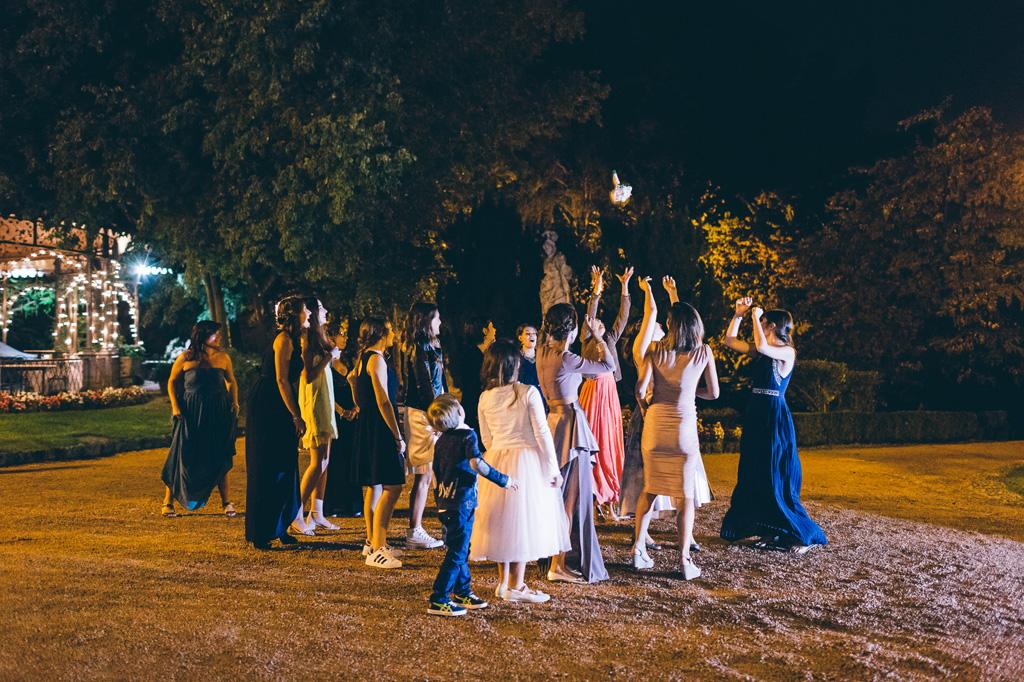 Le invitate si battono per ottenere il bouquet della sposa