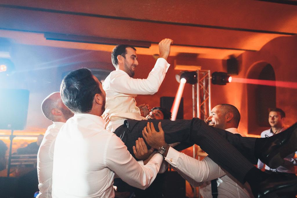 I testimoni festeggiano sollevando lo sposo per aria