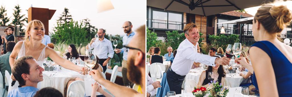 Gli sposi festeggiano con gli invitati durante il ricevimento presso l'Osteria Arborina