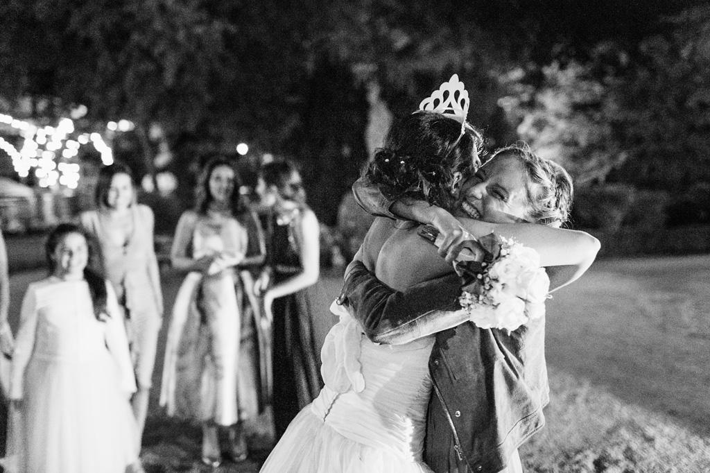 Alice abbraccia le invitate