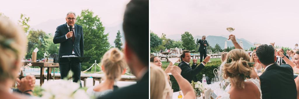 Il padre della sposa intrattiene gli ospiti