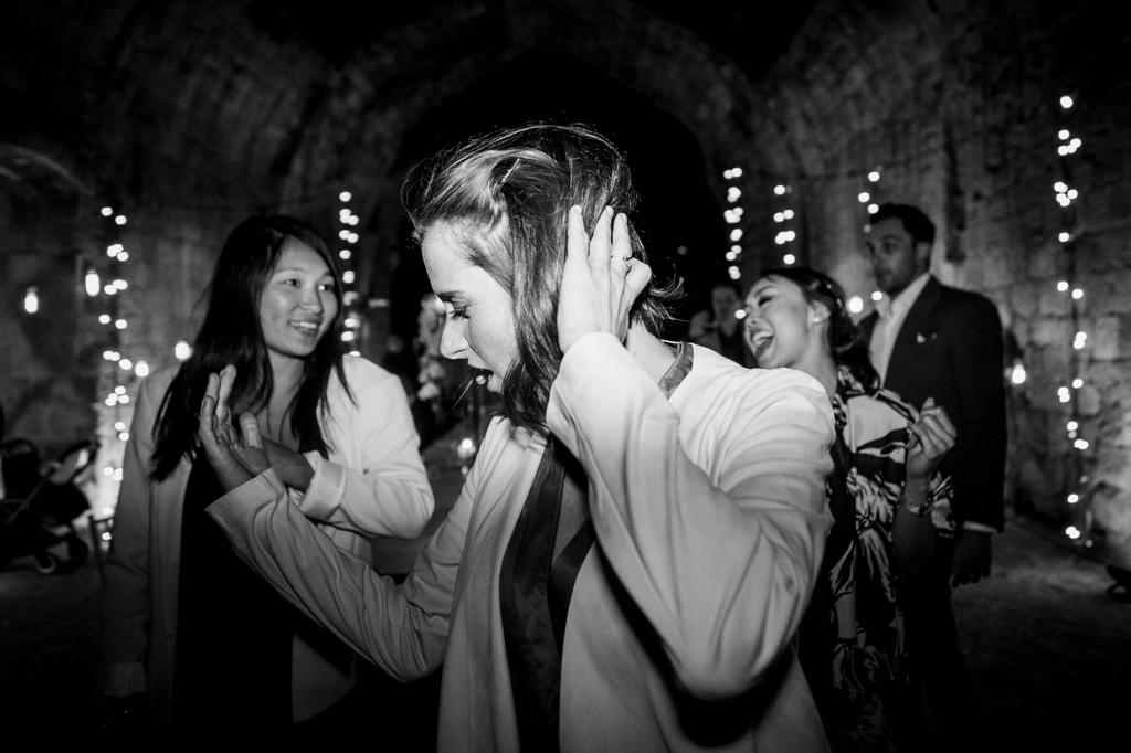 Gli invitati danzano in pista tra luci e musica