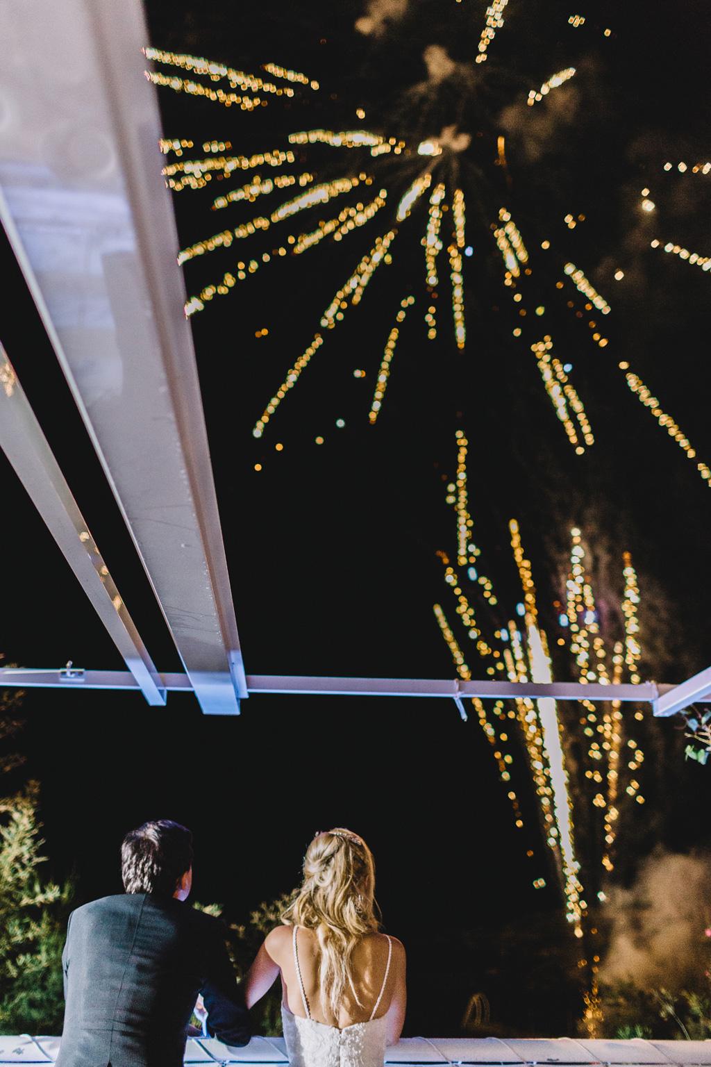 Gli sposi osservano affascinati i fuochi d'artificio