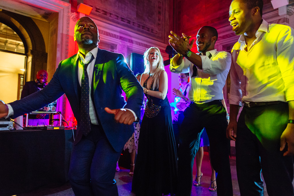 Alcuni invitati si scatenano in danze eccentriche ripresi dal fotografo Della Savia, Ds Visuals