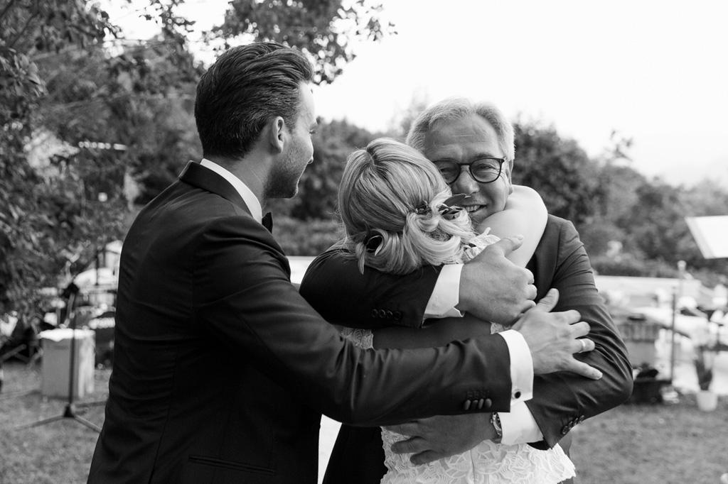 Il padre della possa abbraccia gli sposi