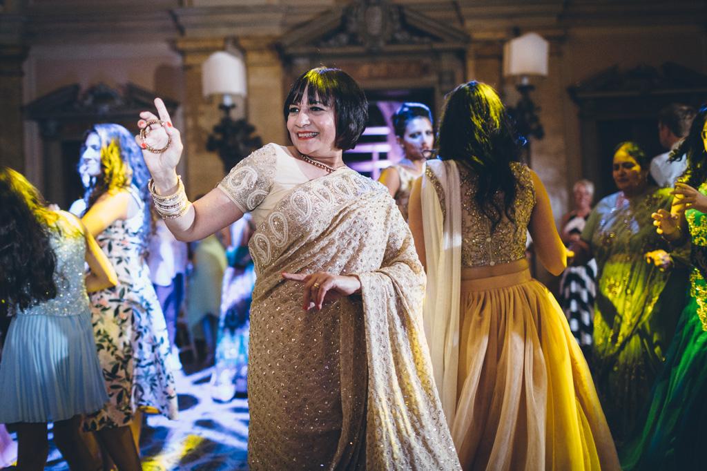 Una donna vestita con il sari balla in pista