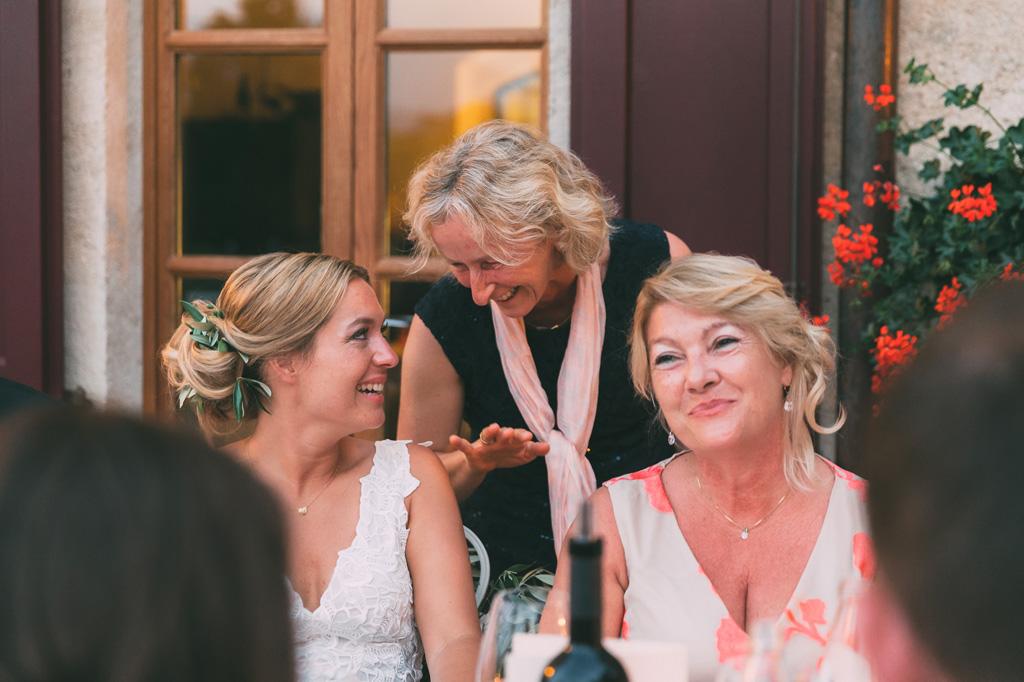 La sposa scherza con parenti e amiche