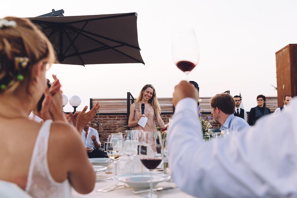 Si alzano i calici di vino a favore del discorso di un'ospite