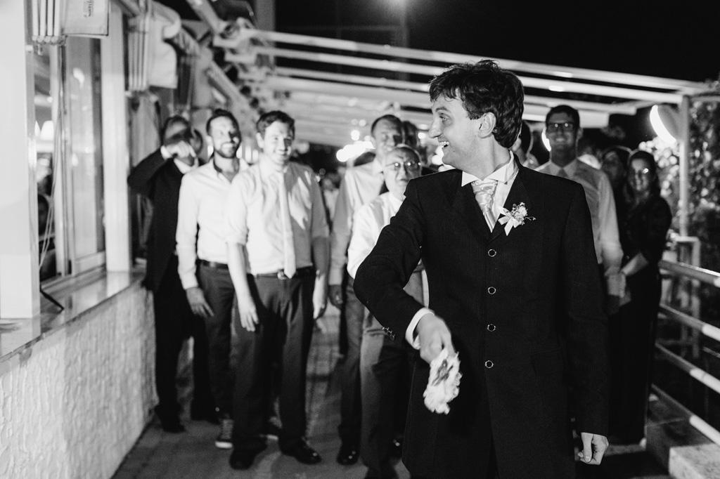 Lo sposo lancia un bouquet agli invitati