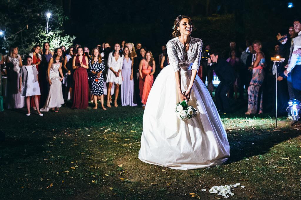 Beatrice lancia il bouquet tra le invitate in uno scatto di Alessandro Della Savia